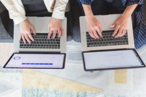 Des ordinateurs personnels et des postes de travail dédiés
